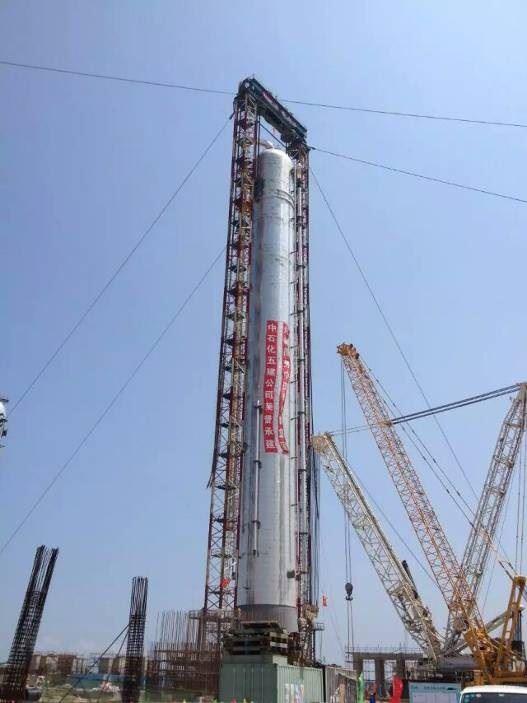 6月26日16时,福州江阴港,我公司设计的中国软包装集团福建美得石化丙烷脱氢装置中的丙烯丙烷分馏塔顺利完成整体吊装,标志着该装置正式进入设备全面安装阶段。  吊装现场 福建美得石化66万吨/年丙烷脱氢装置(以下简称PDH)中的丙烯丙烷分馏塔,是目前国内吨位最大的丙烯分馏塔,不论从体积、壁厚、重量还是从技术要求上看,都是国内目前整体吊装难度最大的塔器。 塔是当之无愧的巨无霸,净重1320吨,内径10.